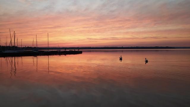 """Angeln am Starnberger See, egal ob vom Ufer aus geangelt wird, oder vom Boot aus gefischt wird, dieser Anblick ist immer ein Genuss für Angler. Alles was Sie für den Angelsport benötigen, finden Sie im Angelgeschäft """"Zum Isarfischer"""" in Bad Tölz, südlich von München im schönen Oberbayern! Angelkarten für den Starnberger See kaufen Sie bei verschiedenen Ausgabestellen rund um den Starnbergersee."""
